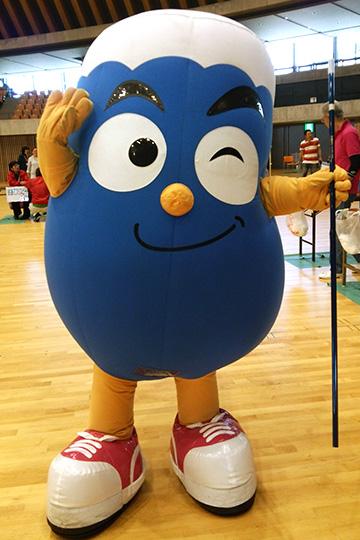 静岡県のキャラクター「ふじっぴー」君も吹矢を体験!
