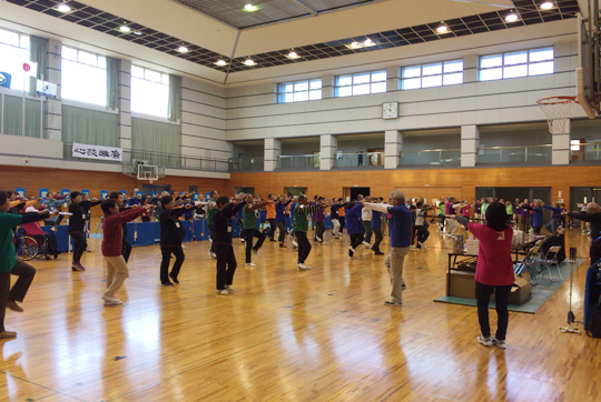 今年も、三島・沼津L&G支部の皆さんを中心に吹矢体操を実施。