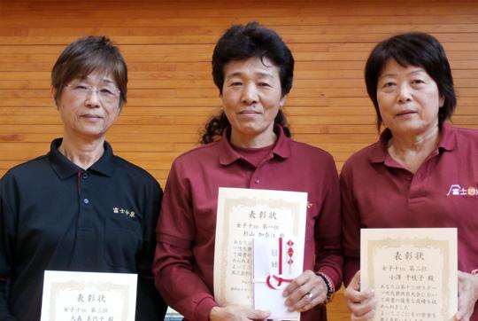 女子10m入賞者。中央が優勝した杉山さん。