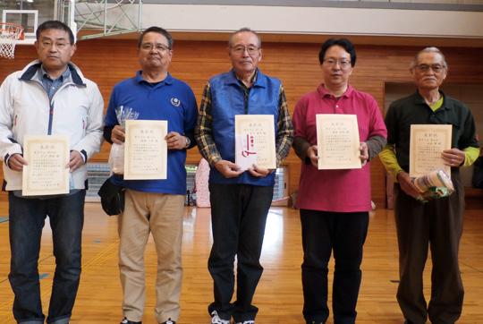 男子10m入賞者。中央が優勝した古川さん。