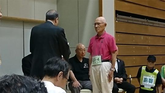 理事長賞を授与される成嶋さん