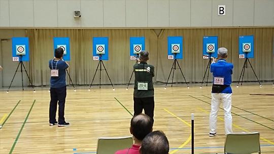 男子10mの同点決勝に臨む西尾さん(中央)