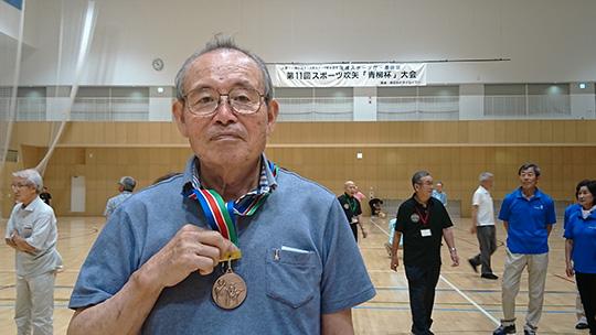 銅メダルを掲げる古川さん