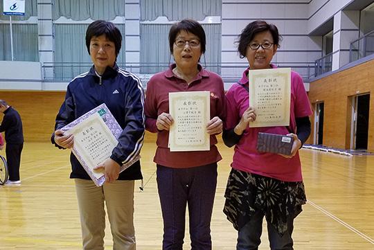 女子10m入賞者(中央が優勝の小澤さん)