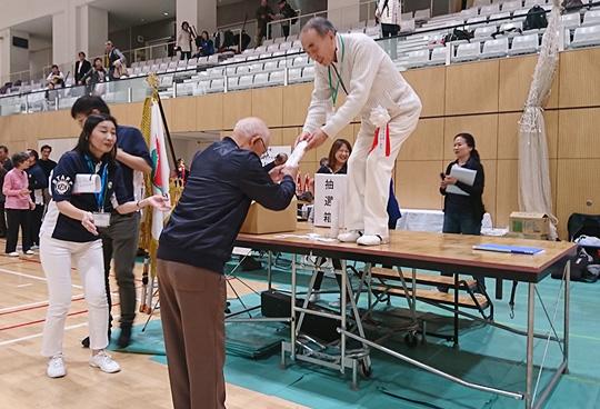中村理事長より特別表彰を受ける成嶋さん