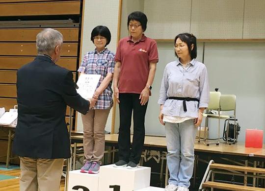 女子10mで優勝の小澤千枝子さん(中央)